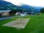 prachtig volleybalveld aan de overzijde van de weg