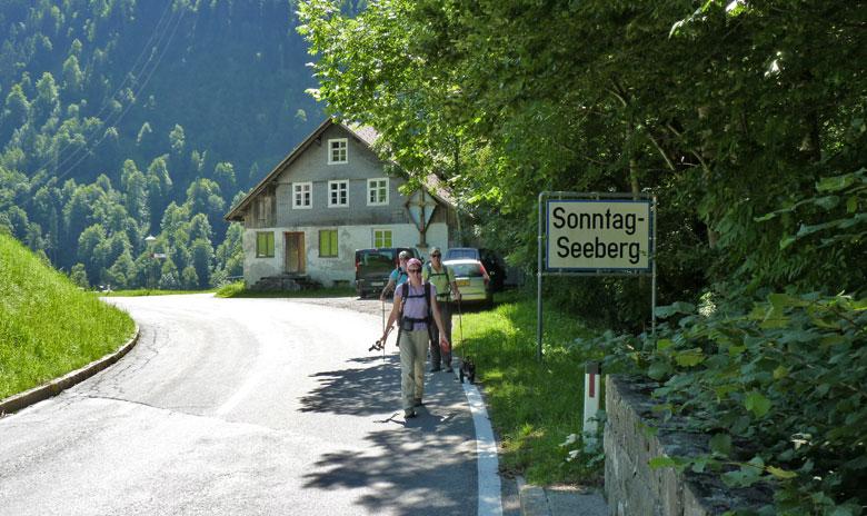 een kleine parkeerplaats in Sonntag Seeberg