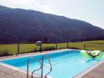 een zwembad met een uitzicht