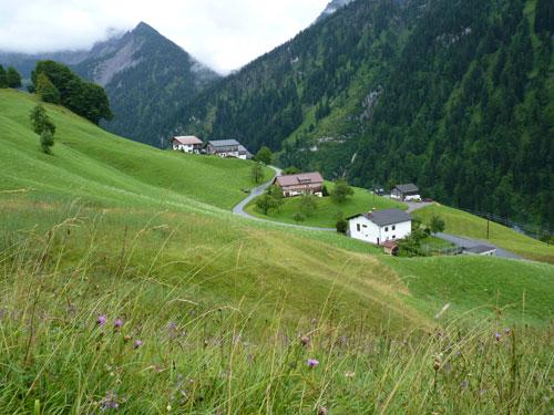 overal liggen groepjes huizen verspreid over de berghelling