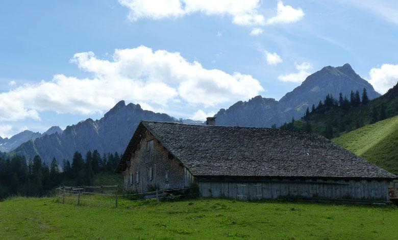 de prachtige Alpe met uitzicht op indrukwekkende bergketens