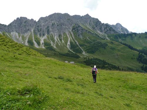 terug bij het station zoeken we onze weg over de Alm naar de Oberepartnomalpe