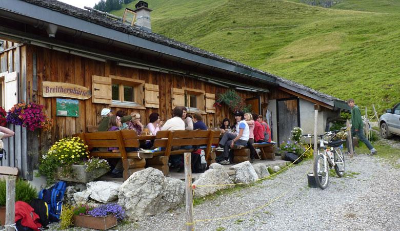 op het tweede terras zingt een damesgroepje meerstemmig Tiroler muziek