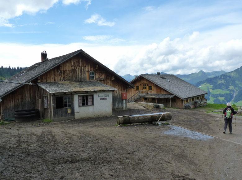 tussen de boerderijen door en voor de kerk langs, gaan we terug naar Unterpartnomalpe