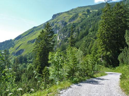 via het sintelpad is het een uur lopen naar de Muttersbergbahn
