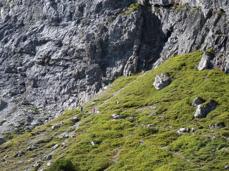 recht op de indrukwekkende rotswand af