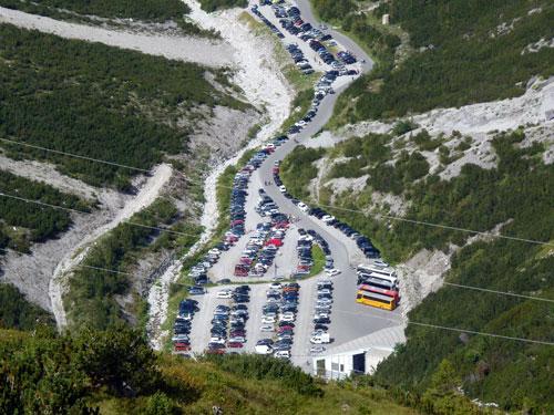 de parkeerplaats raakt vol