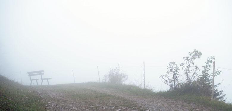 bankje bij een uitzichtpunt maar vandaag zonder uitzicht