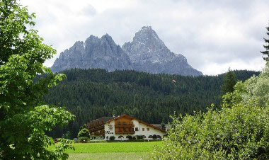 Ook dit Gasthof is vanaf de parkeerplaats Italië te zien