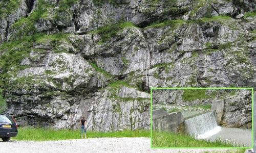 Rechts komen we langs een enorme rotswand met onderlangs de Prava