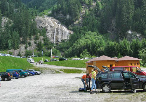 Grote parkeerplaats Mölltaler Gletscher met op de achtergrond een fraaie waterval