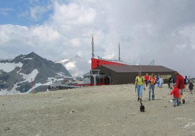 Kabelbaanstation op 2800m met restaurant, souvenirwinkel en skiverhuur