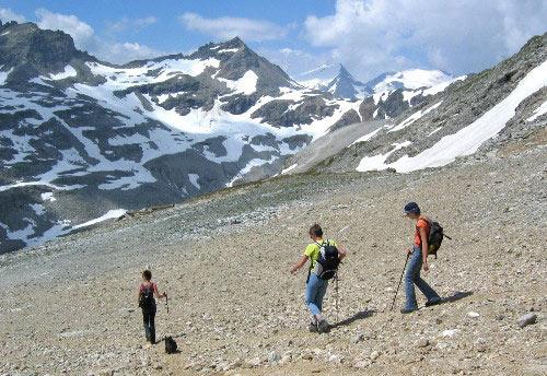 Afdaling over een brede en soms steile skihelling