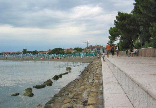 Boulevard richting het strand van Grado