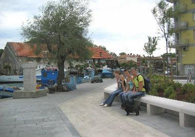 Nieuw aangelegde bankjes met zicht op de lagune
