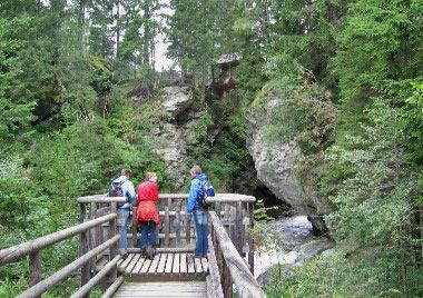Kanzel met uitzicht op een smalle kloof en met erboven een overdekte brug