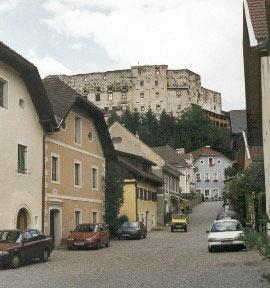 De kasteel ruíne torend boven het stadje uit