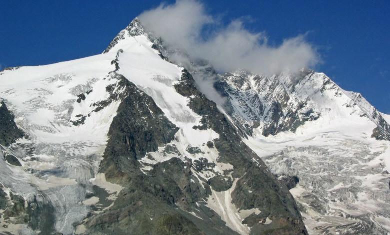 Een wolk schampt de 3798m hoge top