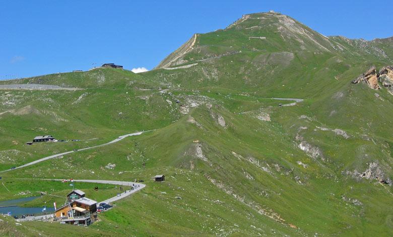 Het hoogste topje (2576m) op deze foto is bereikbaar met de auto; De Edelweisspitze
