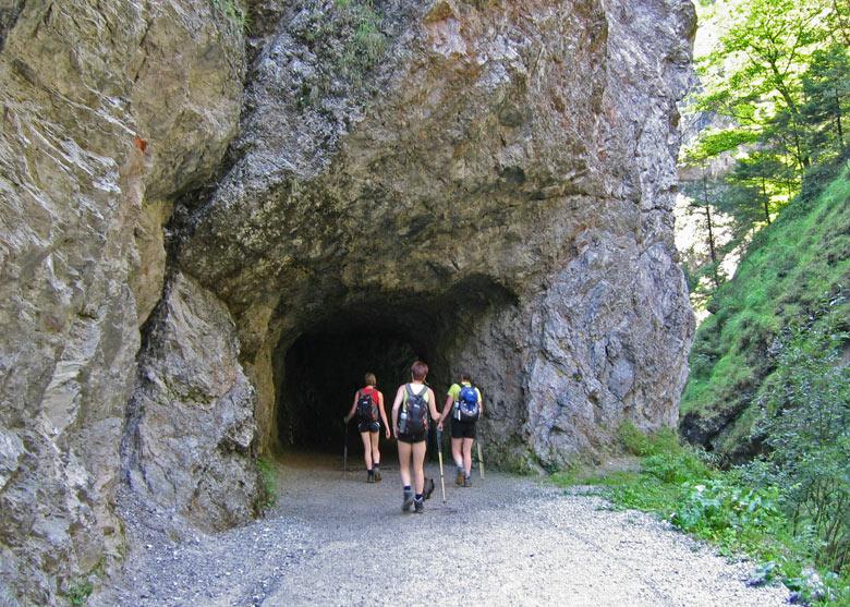 een tunnel in een smal deel van de kloof