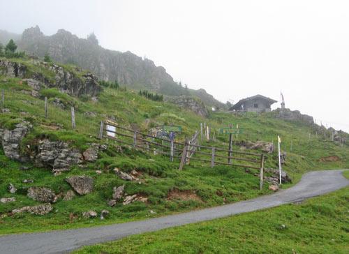 De Alpenblumen Garten met daarboven een hut komen in zicht