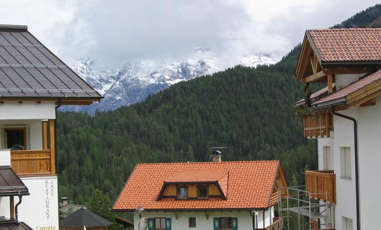 Vanuit het centrum van Antermoia zijn de omliggende bergtoppen goed te zien