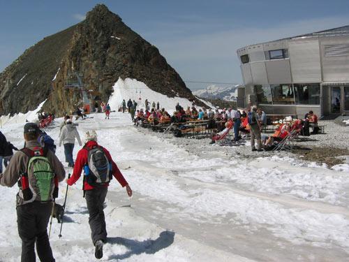 Achter het restaurant Jochdohle beginnen we aan de route over de gletsjer omlaag