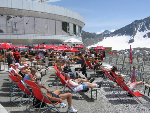 op het terras van het restaurant Eisgrat is het druk met zonne aanbidders