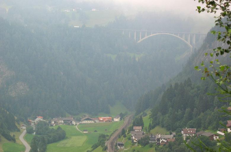 de Brenner Autobahn piekt door de bewolking heen