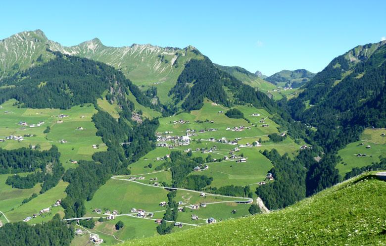 uitzicht in het Grosswalsertal vanaf het terras van het Bergstation in Stein