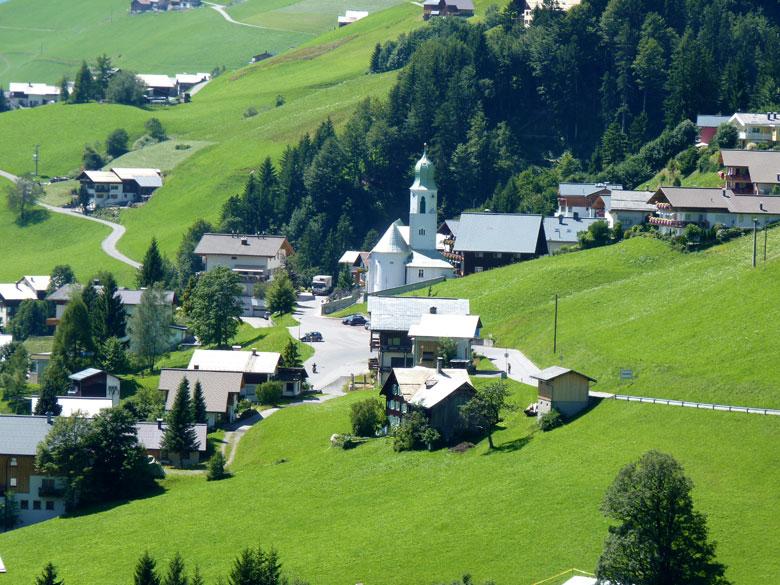het opvallend witte kerkje in Fontanella