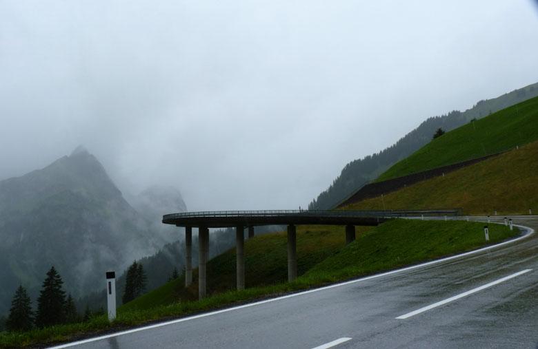 voorbij deze brug ligt rechts een parkeerplaats met een kiosk