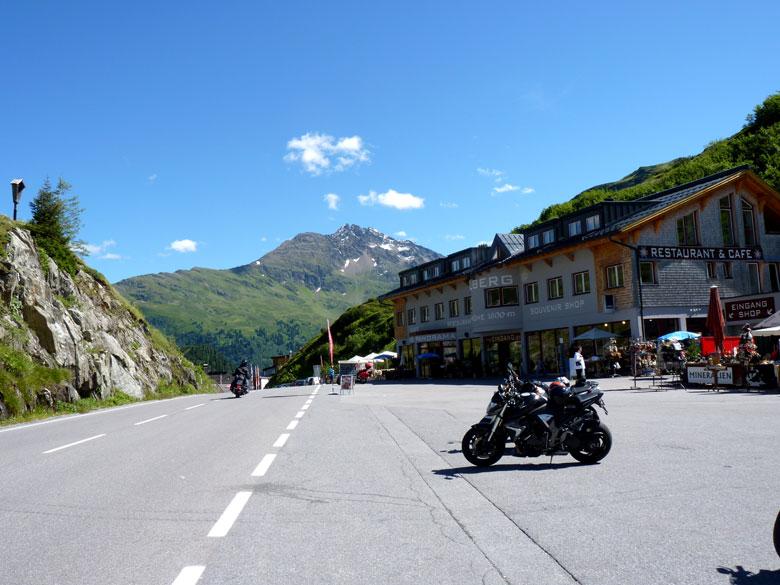 boven op de Arlbergpass is het altijd druk