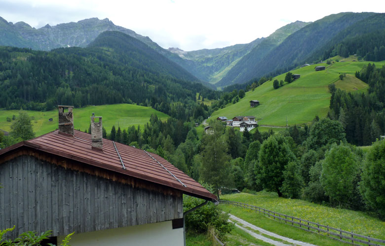 blik op de mooie zijdalen en de Kärnische Dolomiten