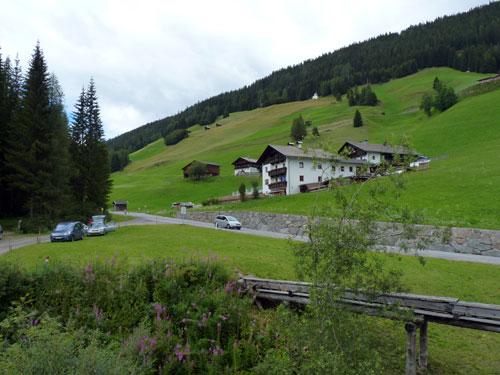 Na Maria Luggau wordt het dal breder met glooiende Alpenweiden