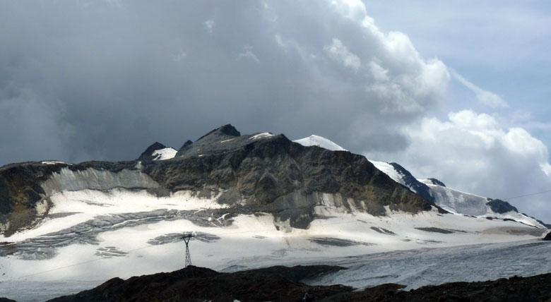 donkere wolken komen achter de Rechter Fernerkogel opzetten