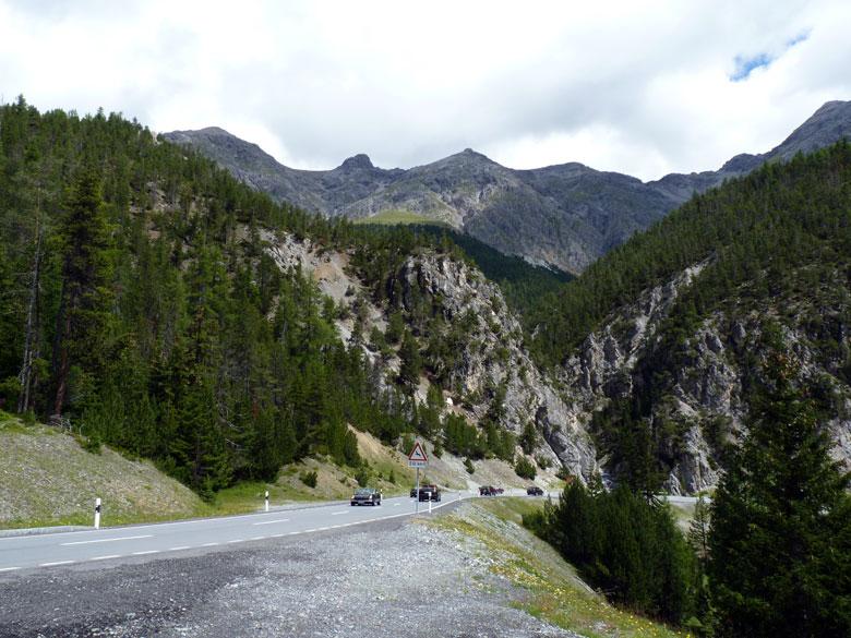 brede weg over de Ofenpass