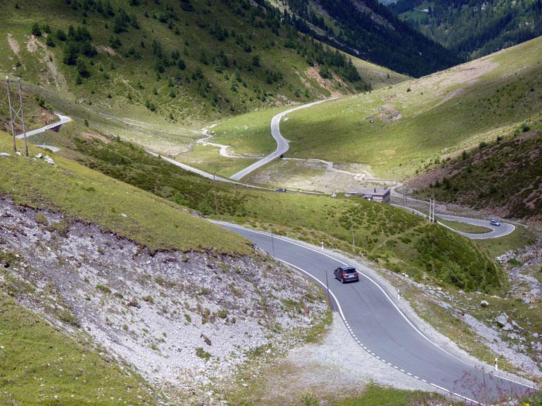 de weg slingert omhoog naar de Umbrail Pass