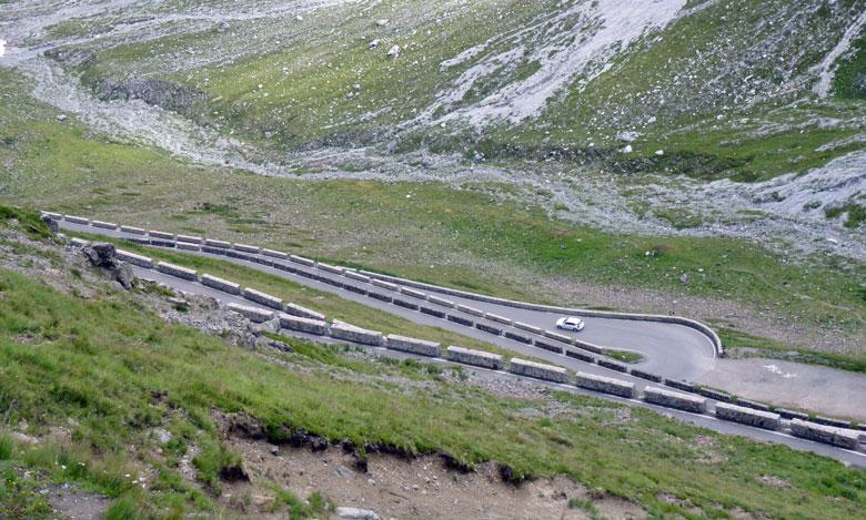 de weg is beveiligd met gemetselde natuursteen muren