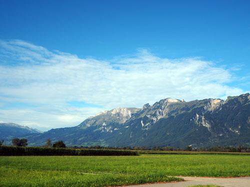 Voor de bergen ligt de grens met Liechtenstein