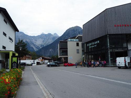 de hoofdweg bij de Dorfbahn Brand