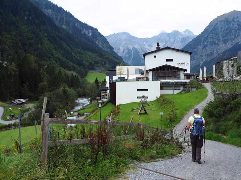 afdalen langs de golfbaan naar de Alvier Bach