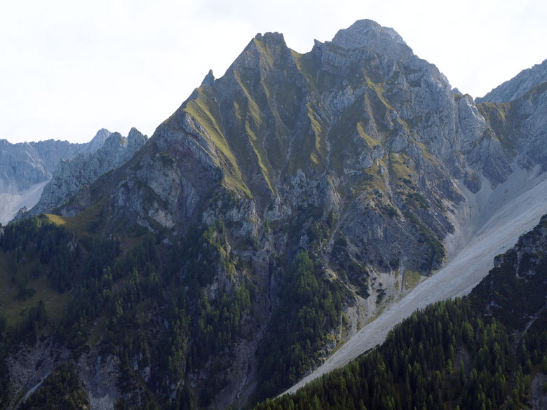 achter in het Brandnertal de toppen van het Ratikon gebergte