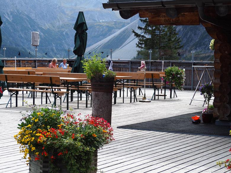 het ruime terras van het Berghaus Melkboden