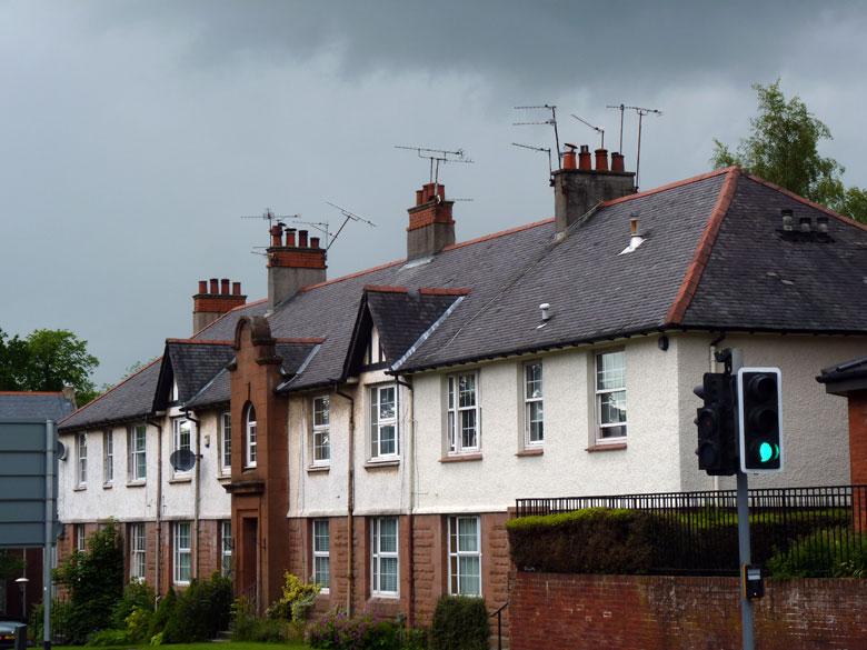 als eerste vallen ons de schoorstenen van de Schotse huizen op