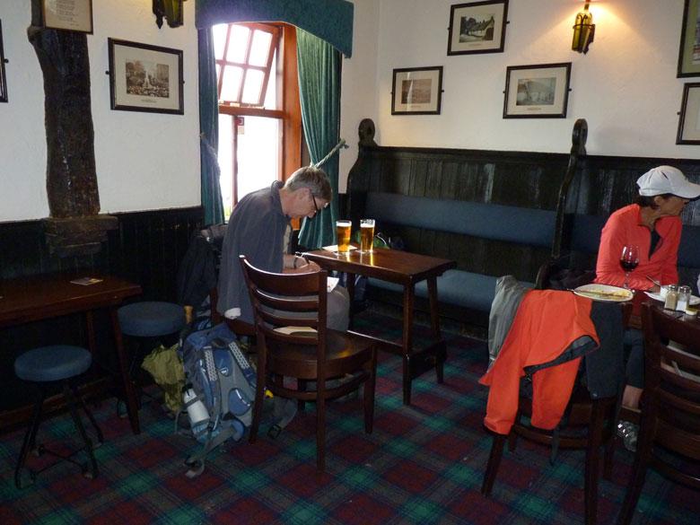 ansichtkaarten schrijven in de Clachlan Inn