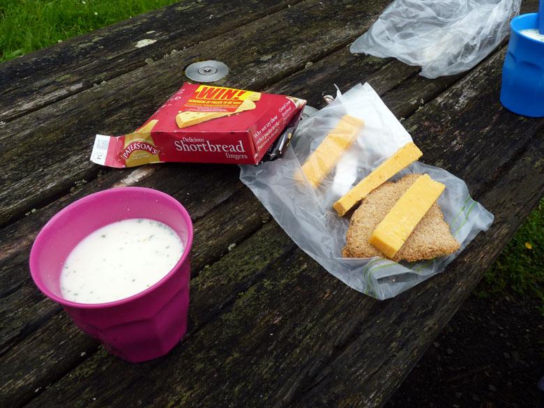 lunchpauze met biscuits en Cheddar van onze gastvrouw