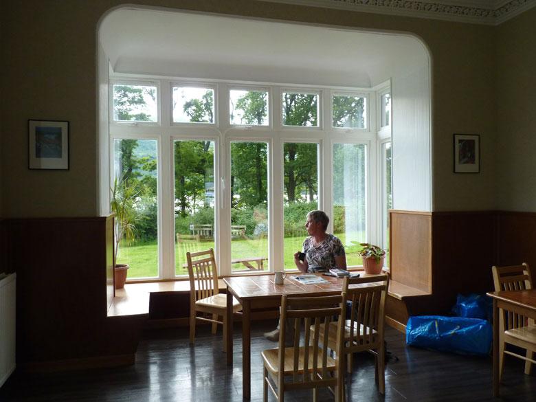 in de gezamelijke huiskamer met uitzicht over het meer is het gezellig