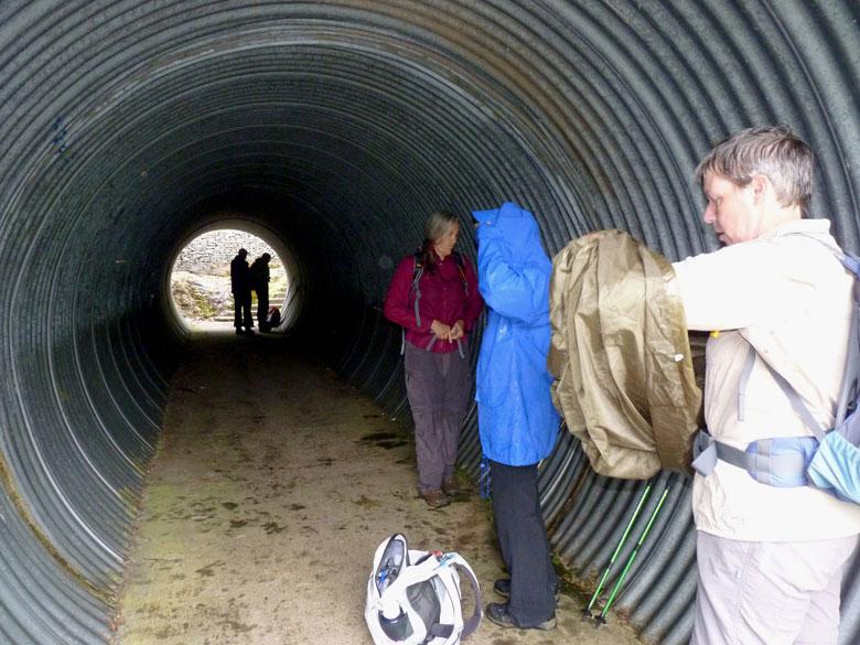 koffiepauze, in de tunnel zijn we droog en wordt het even gezellig met twee dames uit de VS