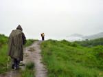 de regen neemt nog steeds toe zodat de regenjas weer wordt verruilt met de poncho